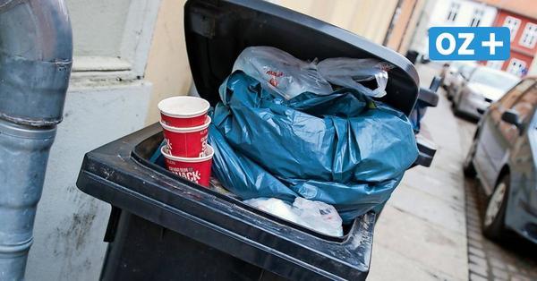 Wismar: Fußgänger in der Altstadt entsorgen ihren Müll in fremden Tonnen