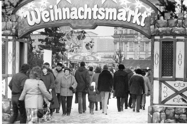 Eingangstor zum Potsdamer Weihnachtsmarkt auf dem Alten Markt. Foto: MAZ/Michael Hübner, November 1985