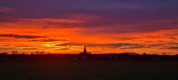 Nico Mensching hat den Sonnenuntergang in Sachsenhagen besonders schön festgehalten.