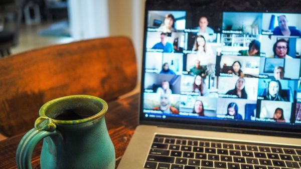 Gemeinsam feiern trotz Corona: Tipps für digitale Weihnachtsfeiern und Familientreffen