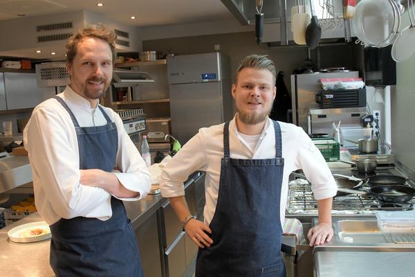 """Küchenchef Thomas Hübner (links) und Pascal Kuberski aus der """"Alten Überfahrt"""". Foto: Bernd Gartenschläger"""