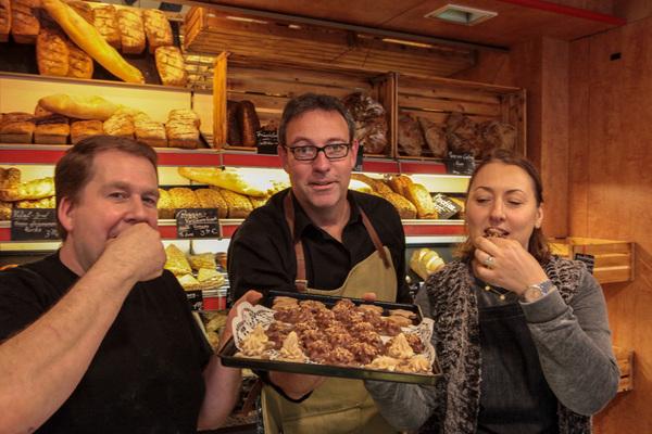HAZ-Redakteur Conrad von Meding (Mitte) hat was gebacken gekriegt. (Foto: Katrin Kutter)