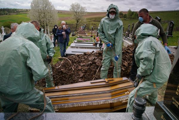 Et offer for pandemien begraves i Ukraine