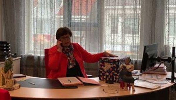 Burgemeester overhandigt brieven kinderen aan Sinterklaas
