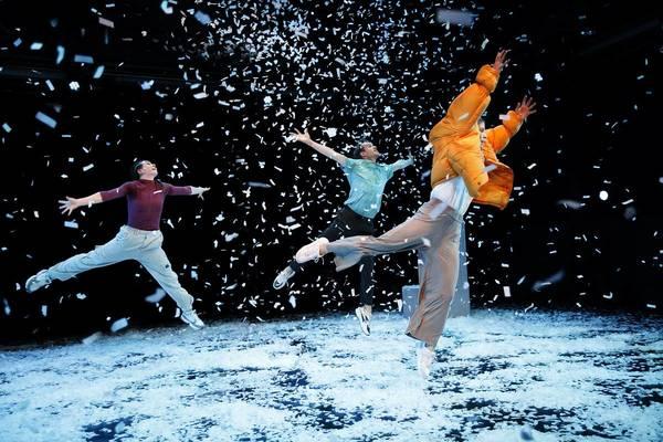 "Blick in das Tanzstück ""Schule des Wetters: Schnee"". Foto: Ida Zenna/TdJW"