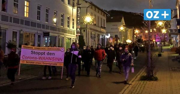 """Rügener Corona-Demo in Sassnitz: Protestler skandieren """"Friede, Freiheit, keine Diktatur"""""""