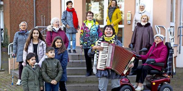 Spendaktion Hilfe im Advent: Chor erfreut Senioren