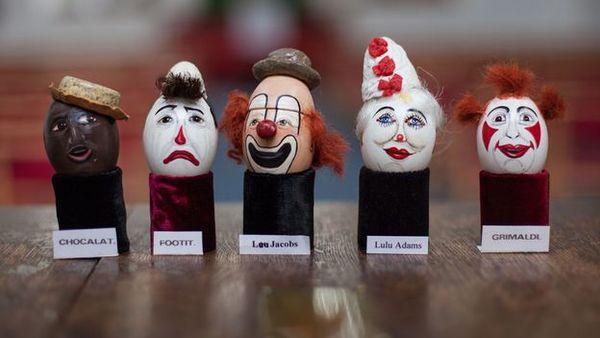 Wow. Warum Clowns ihre Namen auf Eier malen.