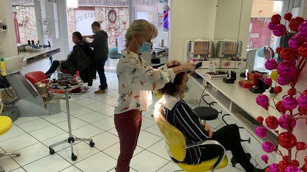 Les coiffeurs installés à la frontière pris d'assaut par les clients belges - Franse kappers aan grens bestormd door Belgische klanten