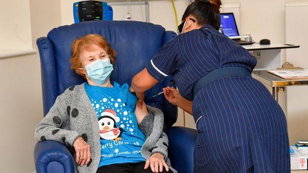 V-Day in Großbritannien: 90-Jährige erhält als Erste den Biontech-Impfstoff