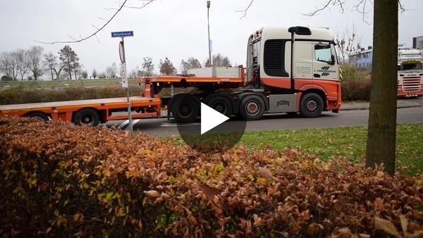 OUDE WETERING - Transport van 60 meter hoge en 52 ton zware Liebherr Kraan vanaf terrein oude Gerardusschool, voorzien van commentaar door Jeffrey Turk (video)