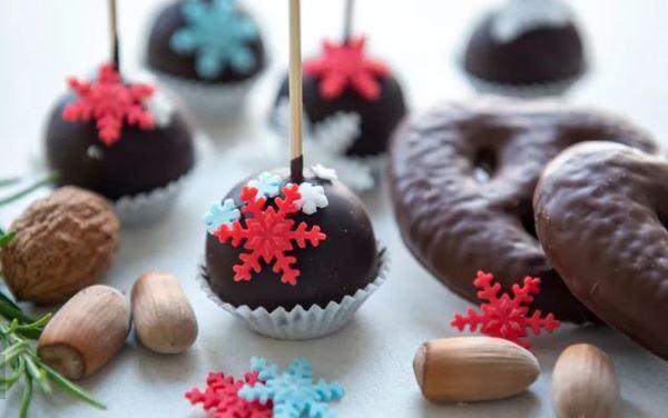 Mit Lebkuchenresten und insgesamt nur drei Zutaten können Sie diese leckeren Cake-Pops ganz ohne Backen herstellen. Foto: Ina Funk