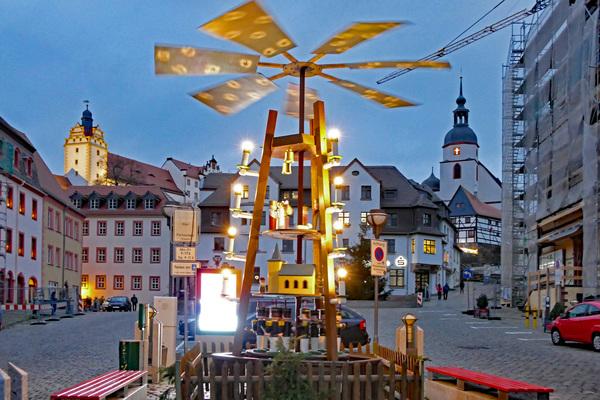 Die Weihnachtspyramide auf dem Colditzer Marktplatz. Foto: Thomas Kube