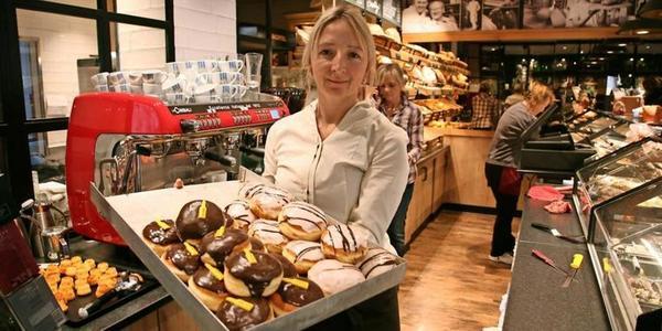 Süßes muss sein, zum Jahreswechsel: Christin Huff, Mitarbeiterin der Konditorei Möhring, mit einem Blech voller Pfannkuchen. Foto: Markus Kniebeler