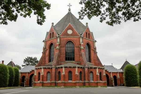 Der Stöckener Friedhof mit seinem markanten Eingangsgebäude. (Foto: Katrin Kutter)