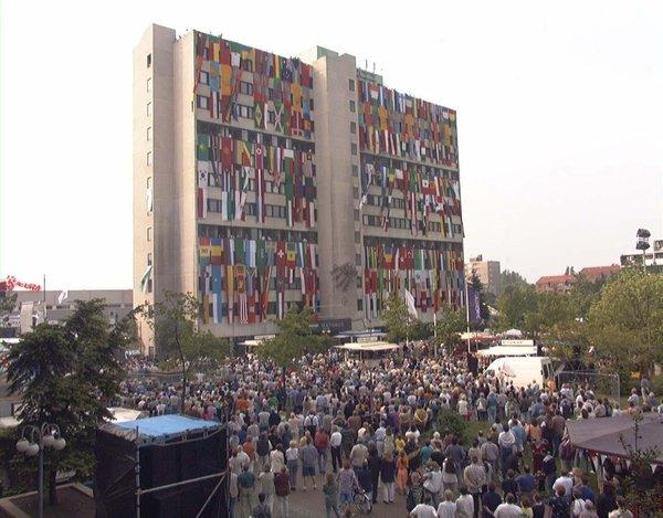 Das markante scheibenförmige Laatzener Rathaus wurde zur Weltausstellung mit den Flaggen der Teilnehmerländer verkleidet. (Foto: Achim Uhlenhut)