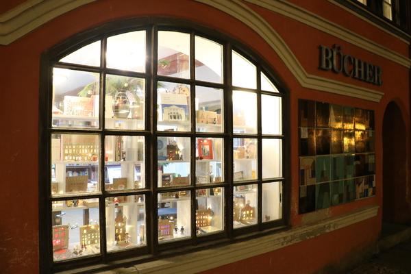 Besonderer Adventskalender im Schaufenster.(Foto: Miriam Weber)