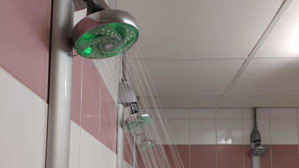 Dunkerque: une idée lumineuse pour économiser l'eau sous la douche dans les salles de sport - Een slim idee om te besparen op douchewater