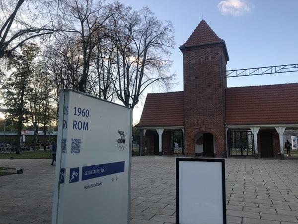 Das Eingangstor zum Sportpark Luftschiffhafen am Olympischen Weg. Foto: Peter Degener