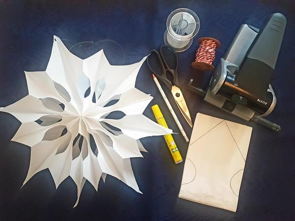Wenig Aufwand, toller Effekt: Mit wenigen Handgriffen lassen sich diese Papiersterne basteln. Foto: Annett Riedel