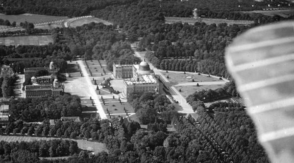 Mit dem Flugzeug über das Neue Palais. Foto: Erich Ewald / Sammlung Wolfgang Holtz