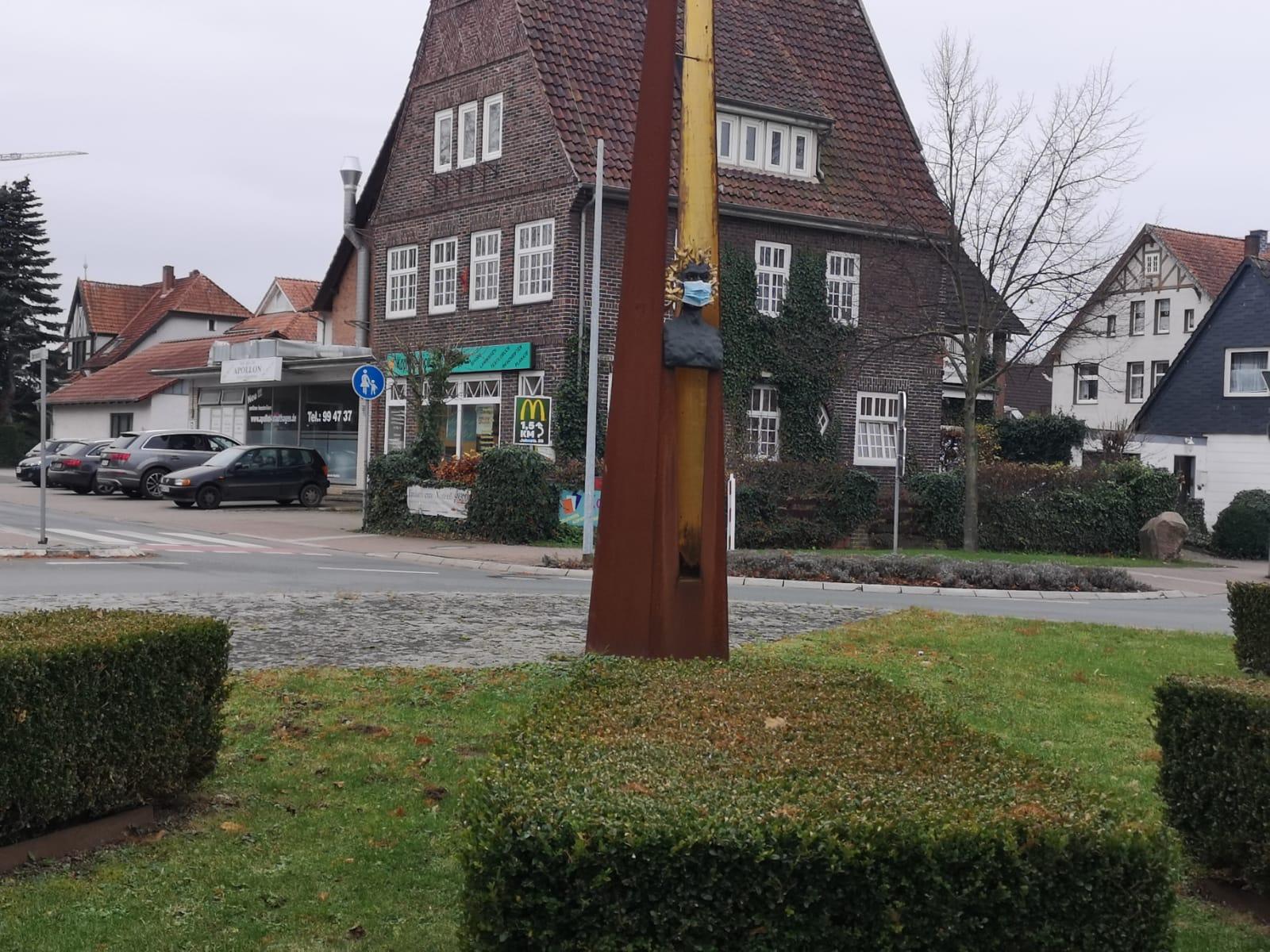 Da hat ein Spaßvogel mal mitgedacht und der Bronzefigur am Amtspfortenkreisel in Stadthagen eine Maske aufgesetzt. Nicht, dass hier sonst noch ein Bußgeld fällig wird. Das Foto hat uns Zoi Angelis geschickt.