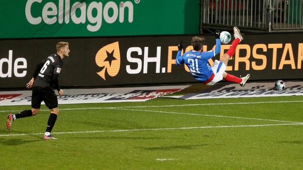 Nur Fliegen ist schöner: Fin Bartels versenkt eine Reese-Flanke traumhaft zum entscheidenden 1:0 gegen Nürnberg. Foto: Otto Kasch