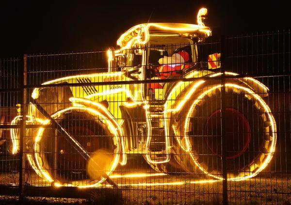 Leuchtender Weihnachtstraktor in Griebenow (Foto: Anke Hanusik)