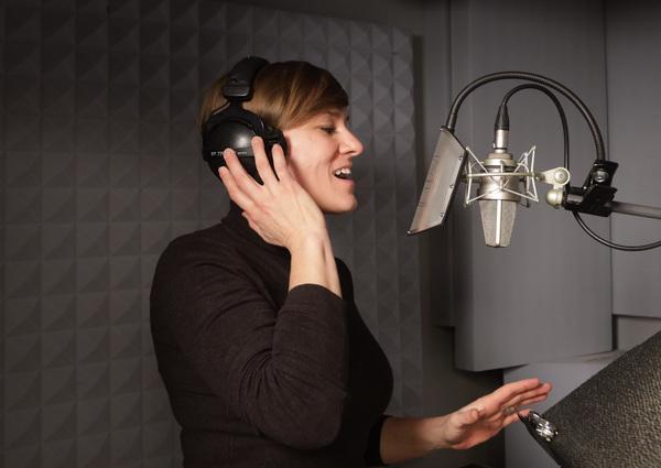 """Alles ist bereitet für eine """"Stille Nacht"""": Sängerin Diana Labrenz im Tonstudio Bromologic. Foto: Kempner"""