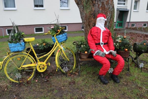 Weihnachtsmann und Blumenrad in Steffenshagen (Foto: Anja Levien)