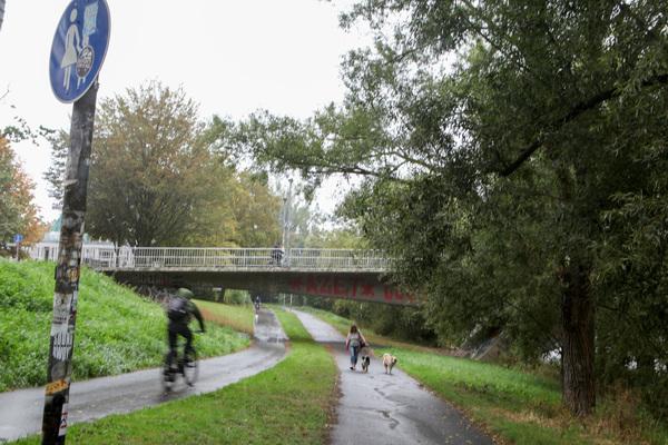Die Dornröschenbrücke in Linden ist Ausgangspunkt zu einer Wanderung am Wasser. (Foto: Katrin Kutter)