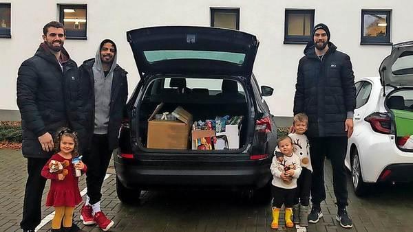 Fans der BG Göttingen spenden Geschenke für kranke Kinder im Klinikum