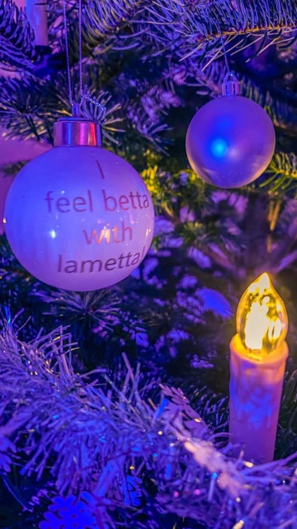 Leserin Linda Rockstroh hat eine klare Botschaft zu Weihnachten, drappiert an ihrem Weihnachtsbaum.