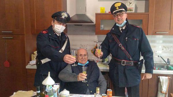 94-Jähriger ist einsam und ruft die Polizei – Beamte stoßen mit ihm an