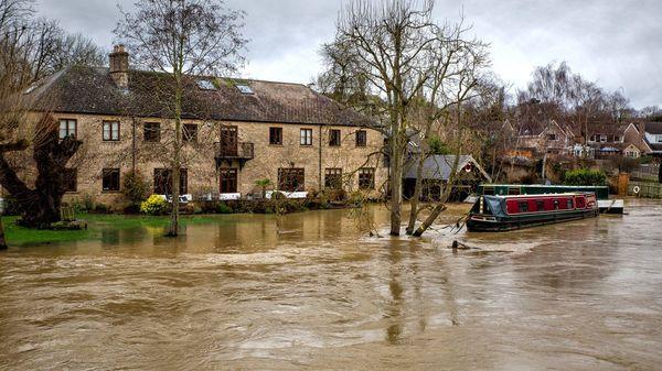 Sturm Bella wütet in Frankreich und Großbritannien: Flutwarnungen und Stromausfall