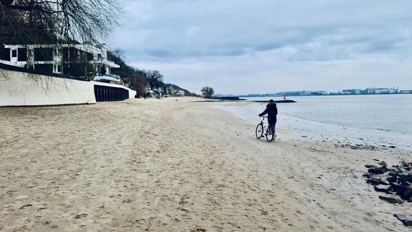 Sur la plage d'Övelgönne à Hambourg en décembre (AD)