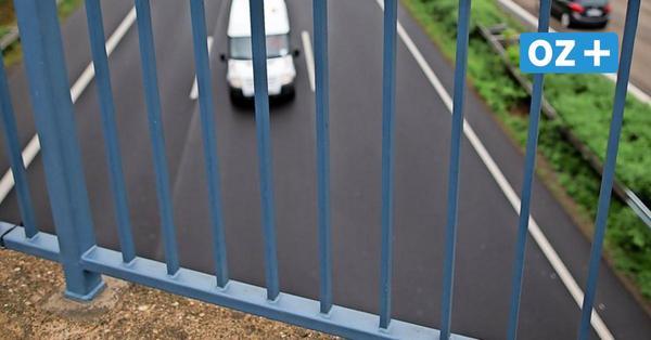 Rostock: Holzpfahl von Brücke auf fahrendes Auto geworfen