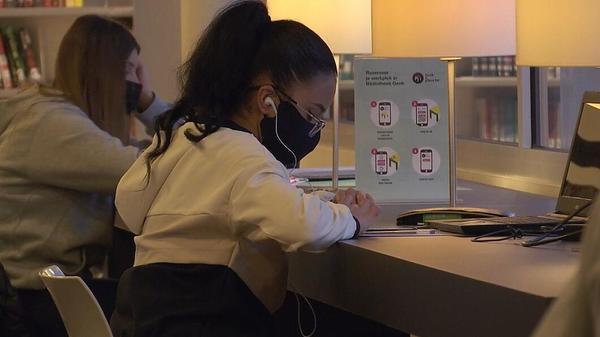 Bibliotheek Genk ontvangt studenten met nieuw reservatiesysteem - TV Limburg