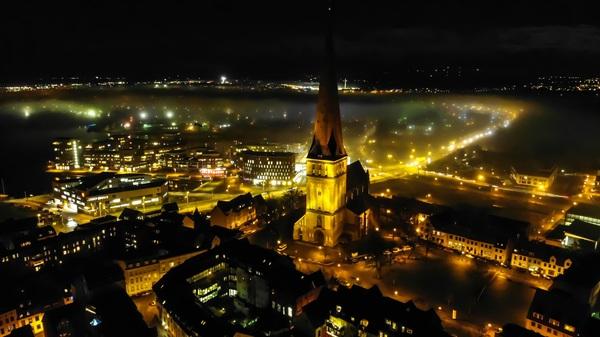 Blick auf Rostock bei Nacht (Foto: Ralf Dege)