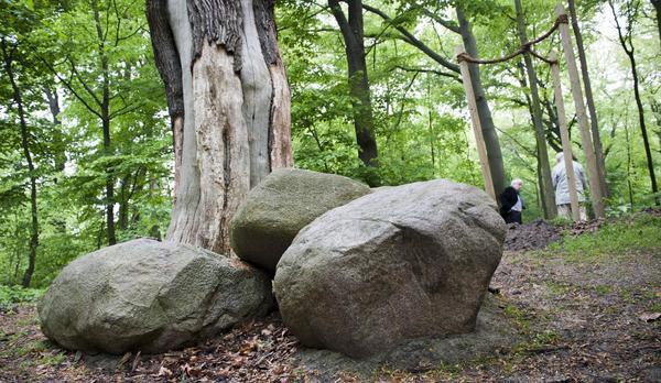 Drei Findlinge bilden den Druidenaltar in der Parkanlage. (Foto: Siegfried Schildmacher)