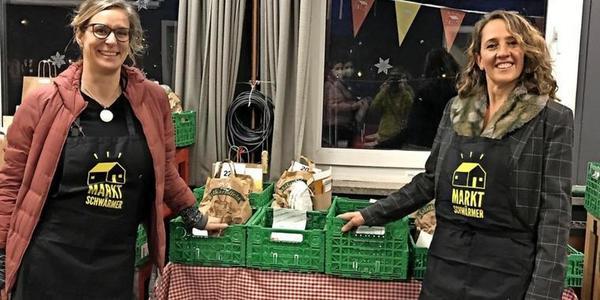 Marktschwärmerei im Rechenzentrum: Maja Rotter (l.) und Nicola Spehar mit Abholkisten.