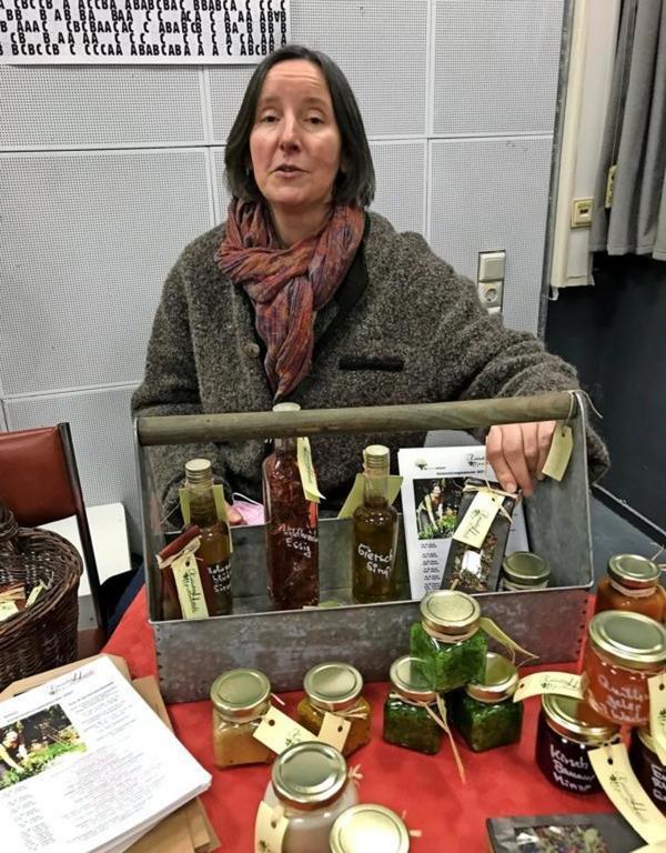 Heidemarie Knappe verkauft ihre Öle und Aufstriche im Rechenzentrum.