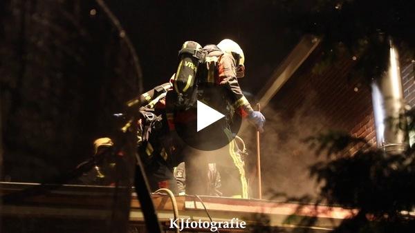 ROELOFARENDSVEEN - Flinke rookontwikkeling bij woningbrand Zuideinde (video)