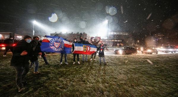 Diese Emotionen mussten einfach raus: Nach dem Pokaltriumph der Störche zog es Hunderte Fans trotz Schneetreibens zum Holstein-Stadion. Foto: Uwe Paesler