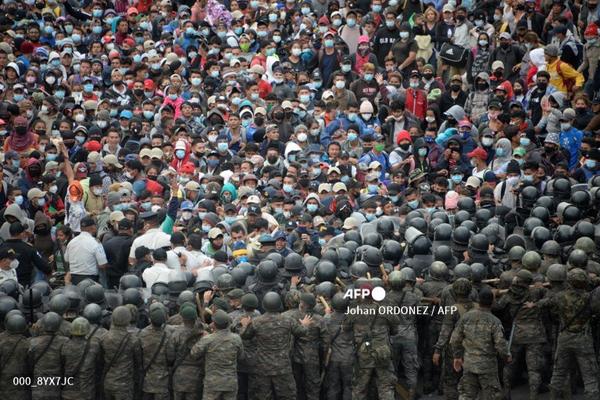 Guatemala police fire tear gas at US-bound migrant caravan #AFP  http://u.afp.com/UUYz. Photo: @johanordonez