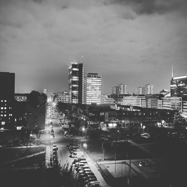 """Berlin bei Nacht. So leer sind die Straßen """"normalerweise"""" nicht. Aber ist das auch das Bild einer traumatisierten Stadt?"""