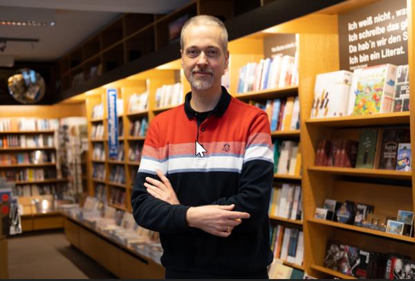 Peer-Philipp Krall von Cruses Buchhandlung in der Südstadt hat auch einige Empfehlungen. (Foto: Tim Schaarschmidt)