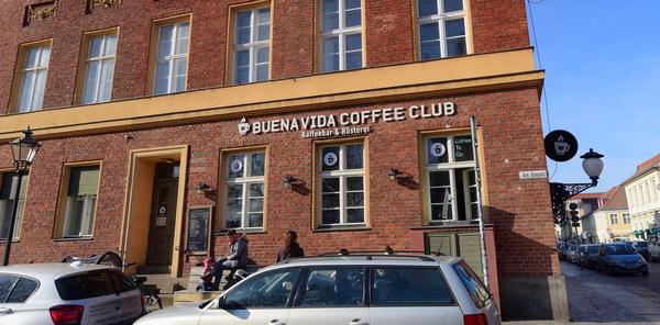 Sitzen geht derzeit nicht, aber Kaffee verkauft der Buena Vida Coffee Club weiter. Foto: Bernd Gartenschläger