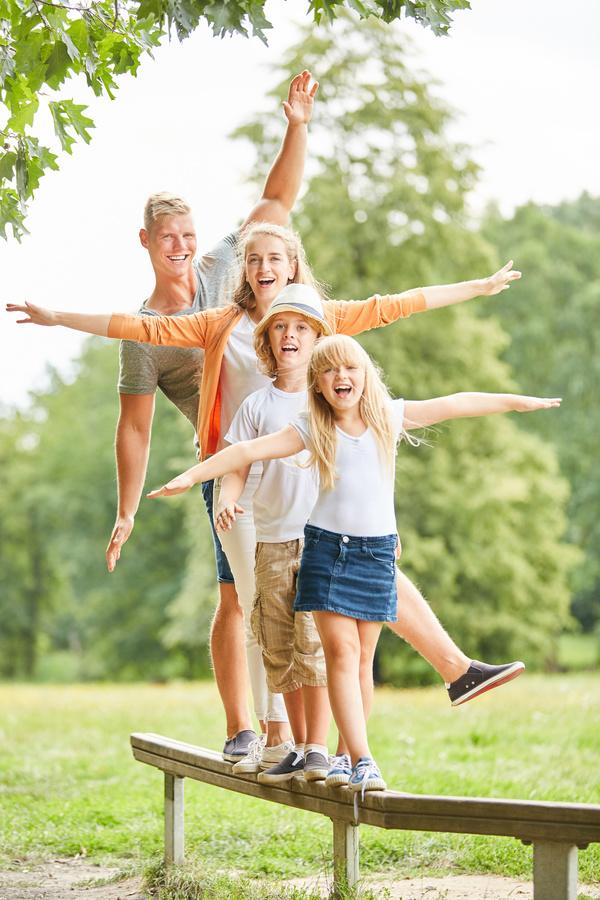 So ein Trimm-Dich-Pfad bringt auch für Familien Spaß. Foto: Robert Kneschke/stock.adobe.com
