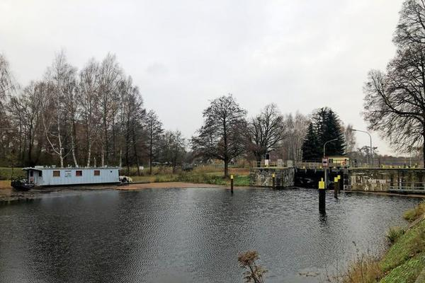 Vereinsamt und ohne großen Verkehr zeigt sich in diesen kalten Wintertagen die Schleuse Pinnow.